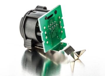fixation d'un circuit imprimé à un connecteur