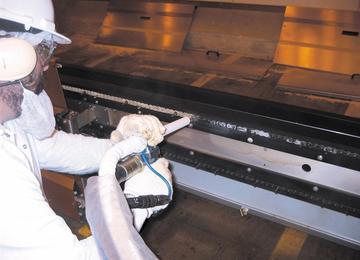 droogijsstralen van ketting tijdens productie