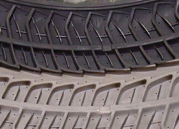 moule pour pneus en caoutchouc à moitié nettoyé